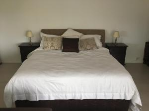 A bed or beds in a room at Casablanca, Peaceful Couples Retreat, Avalon Beach