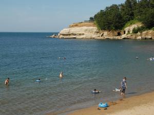 旅館の敷地内または近くにあるビーチ