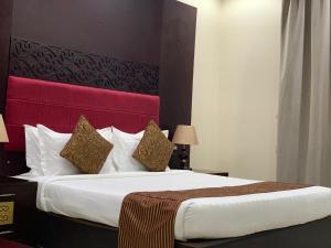 Cama ou camas em um quarto em Sroh Alalmas Furnished Apartments