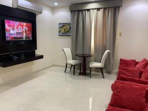 Uma área de estar em Sroh Alalmas Furnished Apartments
