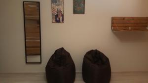 Uma área de estar em Almancil Hostel