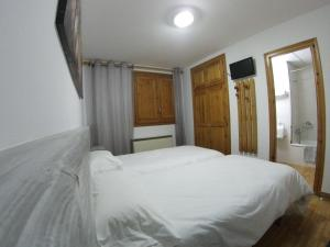 A bed or beds in a room at Hostal Casa Palmira