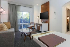 A seating area at DoubleTree Suites by Hilton Hotel Sacramento – Rancho Cordova