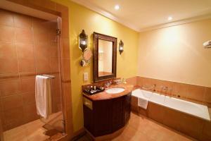 Ванная комната в Mercure Grand Hotel Seef / All Suites