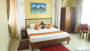 A bed or beds in a room at Hotel Radiance