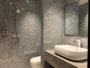 A bathroom at Cloud9 Holiday Cottages