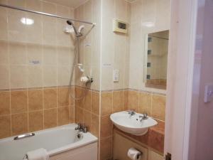 A bathroom at Corn Mill Lodge Hotel