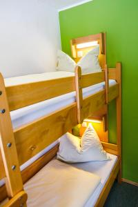 Ein Etagenbett oder Etagenbetten in einem Zimmer der Unterkunft Jugendherberge Füssen