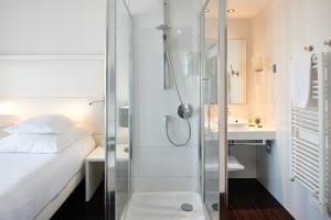 Salle de bains dans l'établissement Hôtel Le Windsor Biarritz