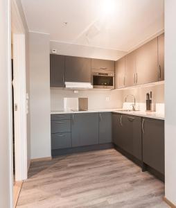 A kitchen or kitchenette at Maya Apartments - Kasjotten