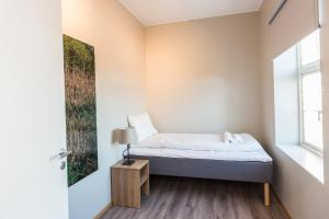 A bed or beds in a room at Maya Apartments - Kasjotten
