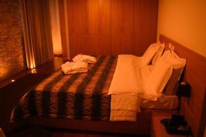 Uma cama ou camas num quarto em Hotel Rural Alves - Casa Alves Torneiros