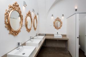A bathroom at Lost Inn Lisbon Hostel