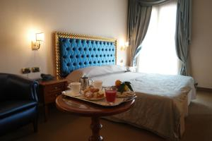 A bed or beds in a room at Santa Caterina Park Hotel