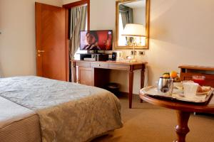 A television and/or entertainment center at Santa Caterina Park Hotel