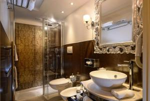 A bathroom at Hotel Olimpia Venice, BW Signature Collection