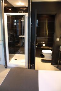 A bathroom at Arc de Triomphe Etoile