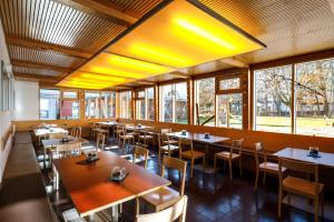 A restaurant or other place to eat at Jugendherberge Garmisch-Partenkirchen