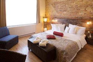 A bed or beds in a room at Ringhotel Schwarzer Baer