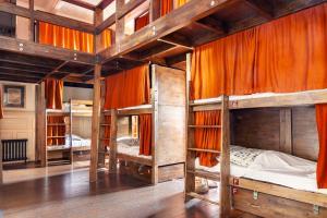 Een stapelbed of stapelbedden in een kamer bij Palmers Lodge Swiss Cottage
