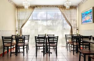 A restaurant or other place to eat at Baymont by Wyndham Florida City