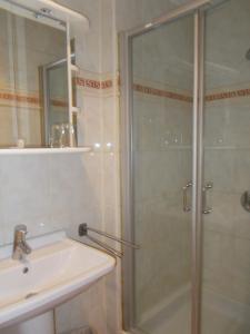 A bathroom at Hotel Manitoba