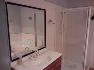 A bathroom at Avala Accommodation Daylesford
