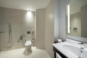 Ванная комната в Hampton By Hilton Dubai Airport
