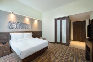 Кровать или кровати в номере Hampton By Hilton Dubai Airport