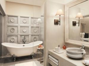 A bathroom at Taj Aravali Resort & Spa Udaipur