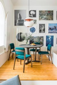 A seating area at Flattered to be in Porto
