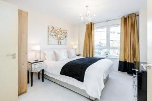 A bed or beds in a room at Luxury Flat in Central Woking - Free Parking Gym/Sauna