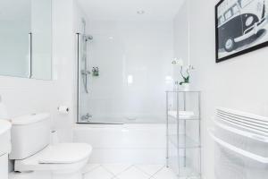 A bathroom at Luxury Flat in Central Woking - Free Parking Gym/Sauna