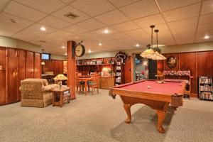 A pool table at Annville Inn Bed & Breakfast