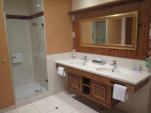 A bathroom at Les Violettes Hotel & Spa, BW Premier Collection