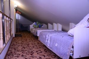 Кровать или кровати в номере Аренда комнат Ермак