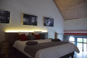 A bed or beds in a room at Den Bustel