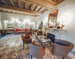 A seating area at Hotel Villa Grazioli