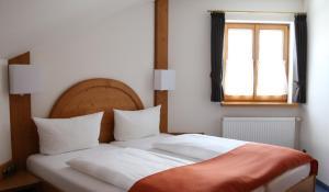 Ein Bett oder Betten in einem Zimmer der Unterkunft Oberstdorfer Einkehr