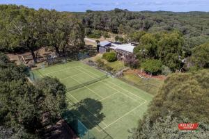Tennis and/or squash facilities at Melaleuca Retreat or nearby
