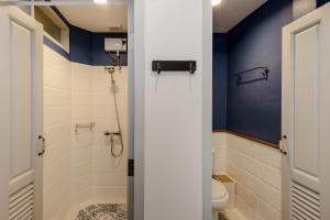 A bathroom at The Quarter Bangkok Ratchathewi
