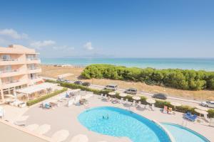Uitzicht op het zwembad bij Aparthotel Dunes Platja of in de buurt