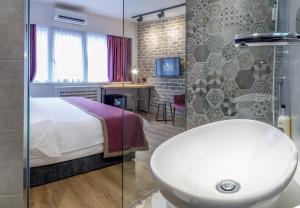 A bathroom at Level Luxury Suites