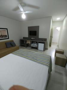 A television and/or entertainment center at Hotel Ouro Verde