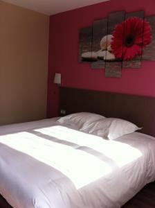 A bed or beds in a room at Logis La Lentillere - Restaurant Côté Parc