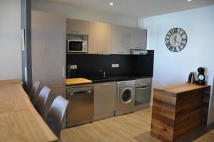A kitchen or kitchenette at Appt Le Caribou/La Mongie