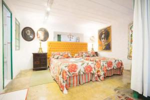 A bed or beds in a room at Casa San Telmo