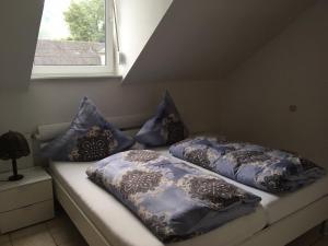 A bed or beds in a room at Gästehaus Brockmüller