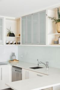 A kitchen or kitchenette at The Watermark
