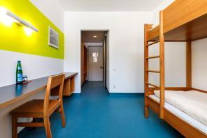 A bunk bed or bunk beds in a room at Jugendherberge Possenhofen